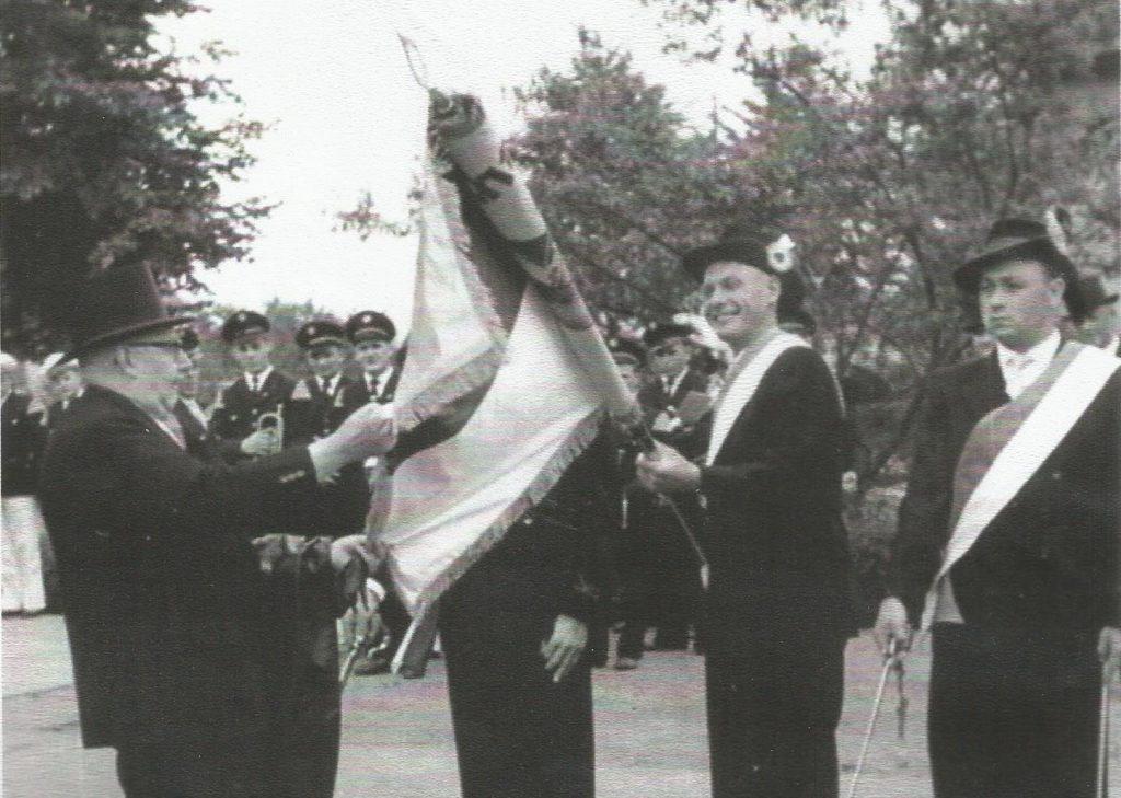 ausrollen der Fahne auf unserem erstem Schützenfest